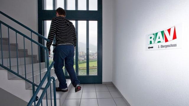 Ein Mann im Treppenaufgang zu einer RAV-Stelle.
