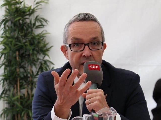 Thomas Weber mit SRF-Mikrofon