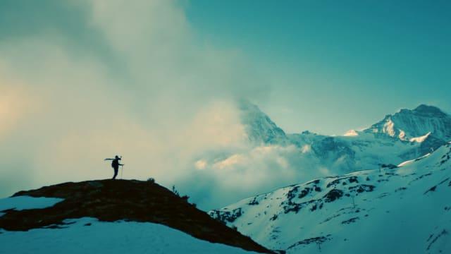 Ein Mann von weitem in den Bergen