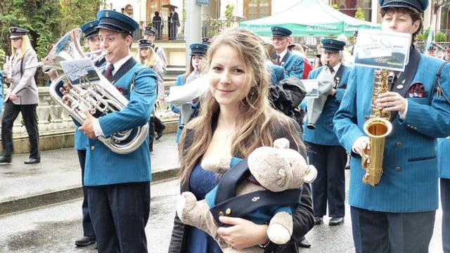 Eine Blasmusikformation mit blauen Uniformen.