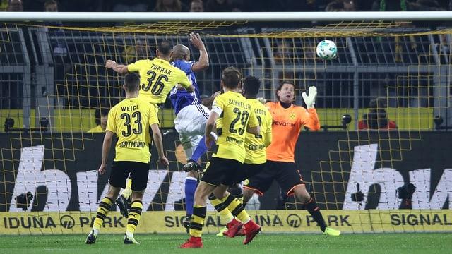 Schalkes Naldo köpfelt in der 94. Minute das 4:4.