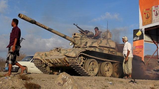 Cumbattants en il Jemen cun in tanc