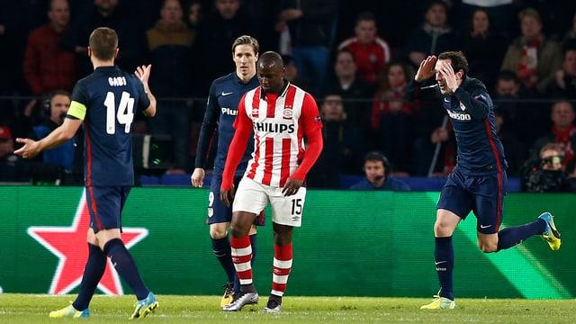 Ein Spieler von Eindhoven und drei Akteure von Atletico Madrid.