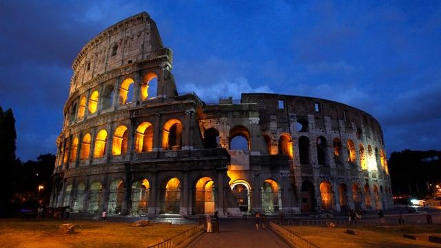 Das beleuchtete Kolosseum beim Eindunkeln.