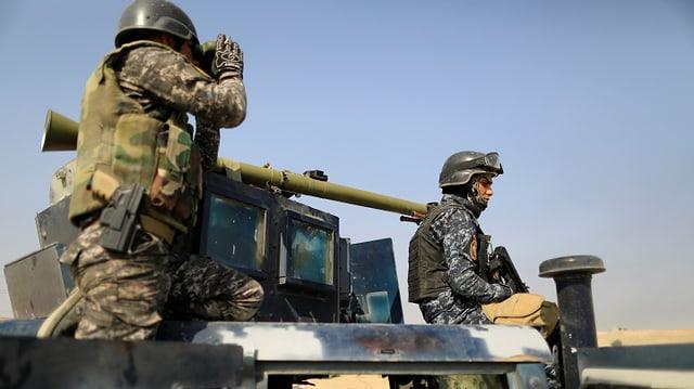 Soldaten auf Militärgefährt