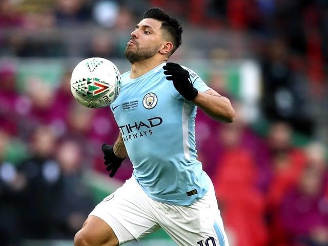 Sergio Agüero nimmt mit der Brust den Ball an.