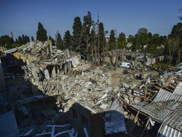 Blick auf ein zerstörtes Haus und viele Trümmer in Ganja.