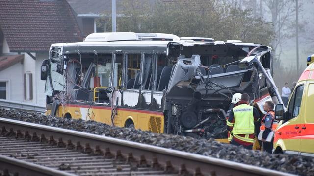 Unfall in Wiggen: Ein Lastwagen stiess mit einem Postauto zusammen.