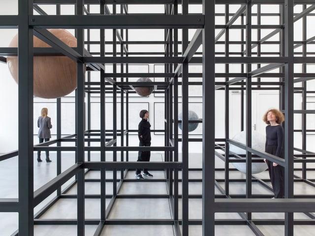 Besucherinnen durchschreiten die Installation von Alicja Kwade: LinienLand, 2018.