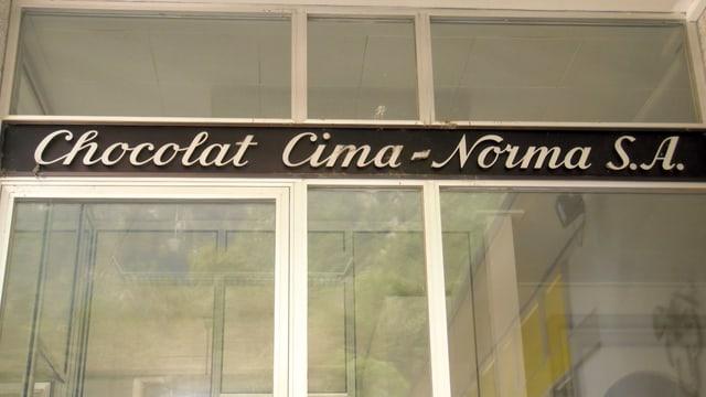 Eingangstür mit Schriftzug Chocolat Cima-Norma
