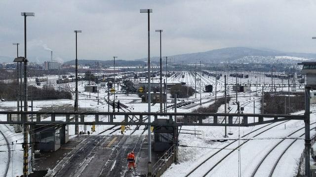 Blick auf das verschneite Gleisfeld des Güterbahnhofs im Limmattal