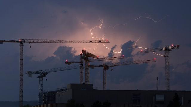 Gewitter über Baukränen