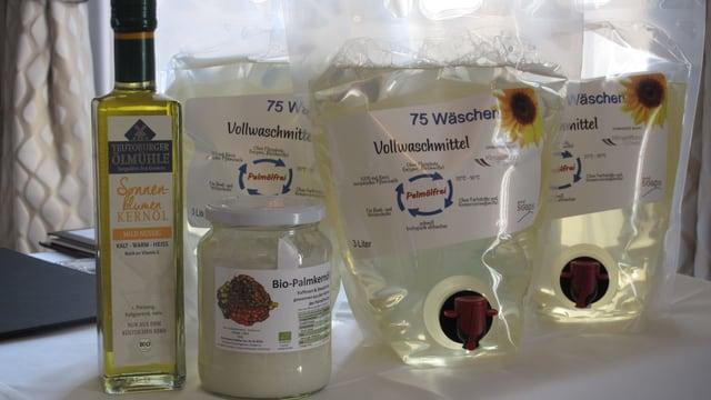 Das Waschmittel ohne Plamöl wird bei der Vorstellung in grossen Plastikbeuteln präsentiert.