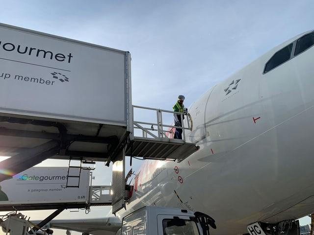 Gategourmet-Highloader mit Essen geladen nähert sich der Cockpittür