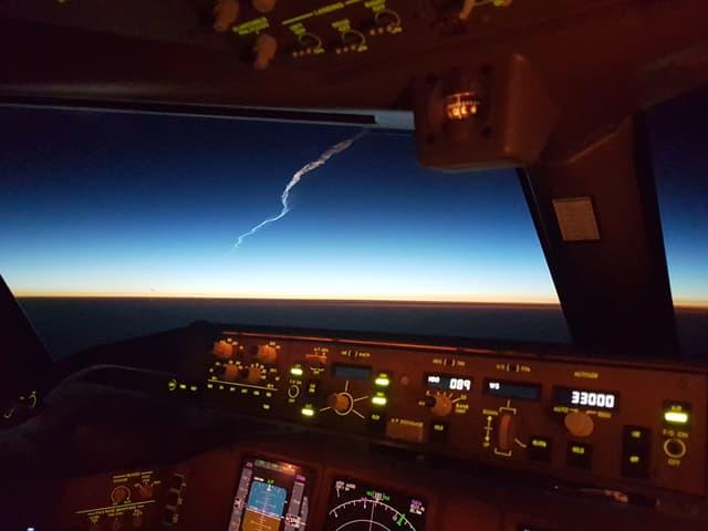 Cockpit von innen, ein heller Streifen am Himmel.