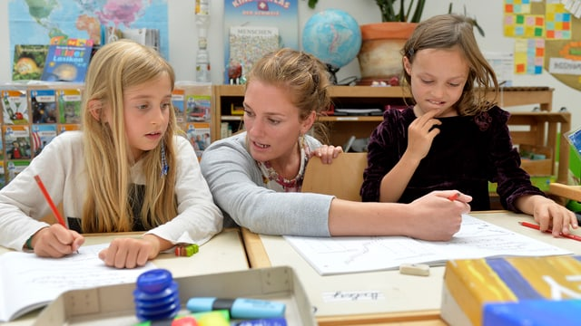 Lehrerin mit zwei Kindern