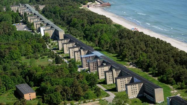 Blick auf einen langen Betonbau an der Meeresküste.