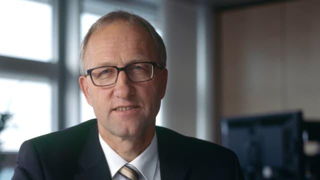 Der Zuger Finanzdirektor Peter Hegglin in seinem Büro.