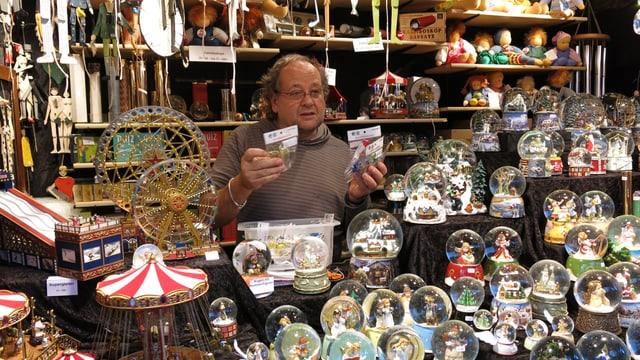 Ein Stand am Basler Weihnachtsmarkt mit diversem Spielzeug.
