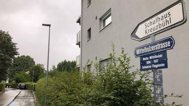 Die Mittelholzerstrasse in St. Gallen mit der Erklärungstafel, wer Walter Mittelholzer war.