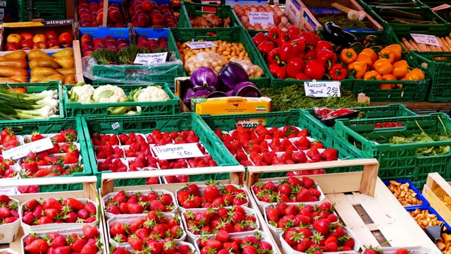 Wochenmarkt / Regale mit Erdbeeren