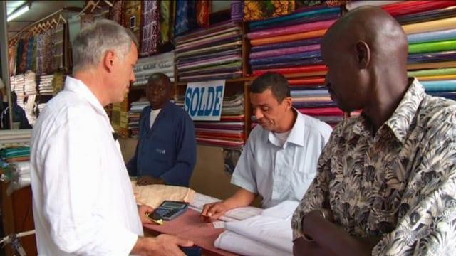 Martin Hée mit Kunden in einem Stoffgeschäft