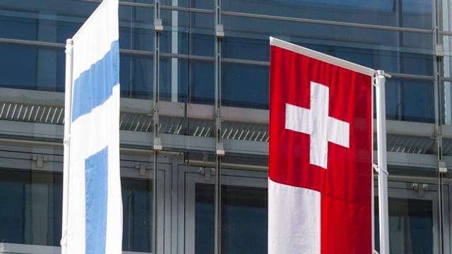 Die Zuger Kantonsfahne weht neben der Schweizer Landesfahne.