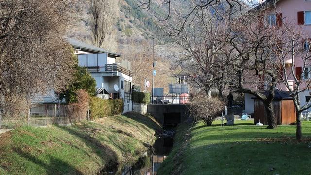 Ein Kanal zwischen Häusern, im Hintergrund eine Brücke.