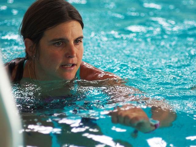 Anita Weyermann schwimmt im Wasser.