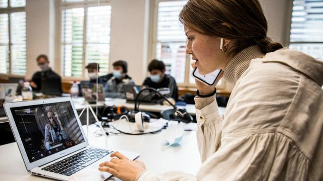 Schülerinnen und Schüler der Alten Kantonsschule Aarau tauschen sich im Rahmen der 2. Podcast-Staffel von «Hallo SRF!» mit Moderator Arthur Honegger aus.
