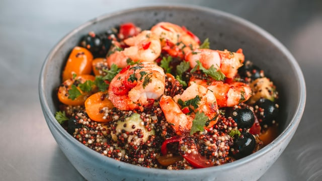 salata da quinoa cun crevettas