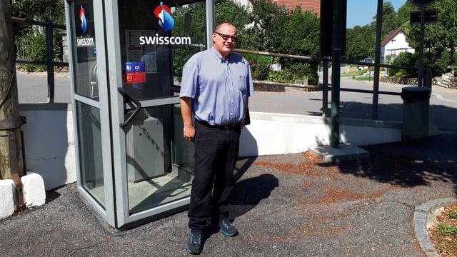 Rainer Feldmeier vor der Telefonkabine