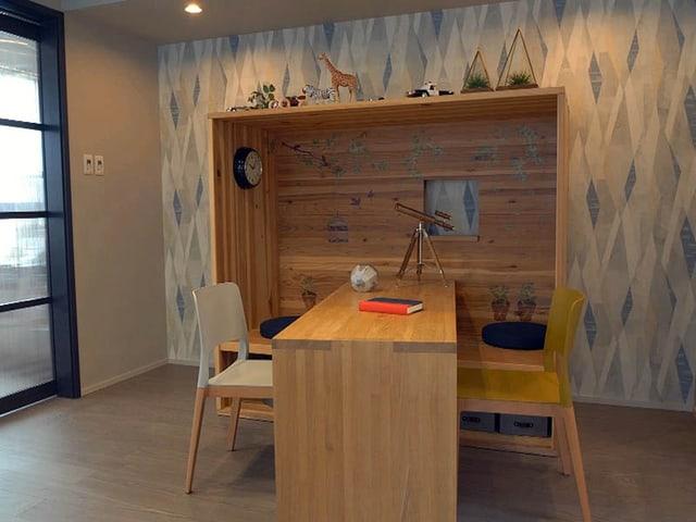 Holzkoje mit Bürotisch in einer japanischen Wohnung