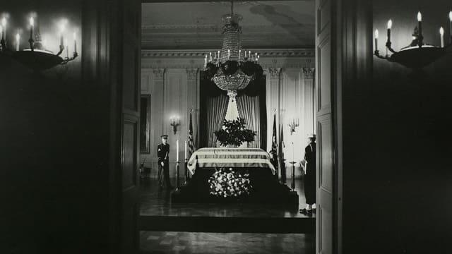 Der Sarg von Präsidenten John F. Kennedy im Ostsaal des Weissen Hauses am 23. November 1963, ein Tag nach seiner Ermordung.