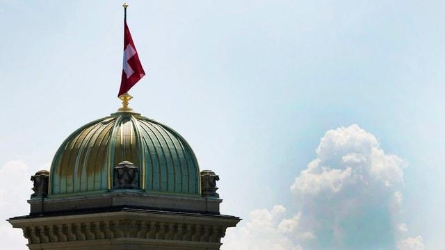 Purtret dal tetg dal parlament svizzer cun si la bandiera svizra.
