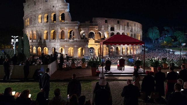 Papst vor Kolosseum