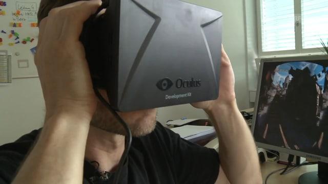 Ein Mann trägt eine Virtual-Reality-Brille die ein wenig so aussieht wie eine Skibrille mit Mini-iPad vorne dran.