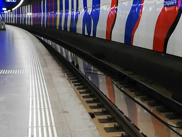 Wasser auf den Gleisen im Unterbahnhof des Flughafen Zürichs