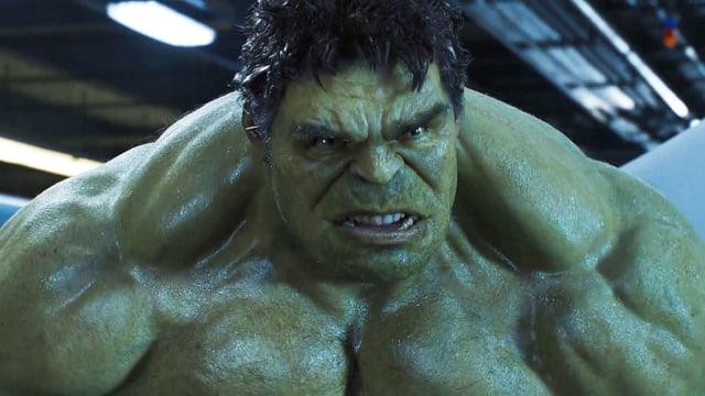 Das wütende Gesicht und der muskulöse Oberkörper eines Monster-Manns