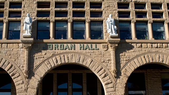 Eingang der Jordan Hall an der Stanford University