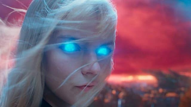 junge blonde Frau mit glühenden Augen