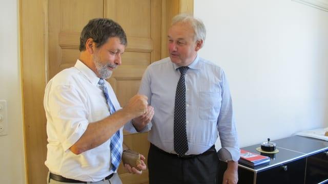 Christian Wanner übergibt dem neuen Finanzdirektor Roland Heim seinen Büroschlüssel.