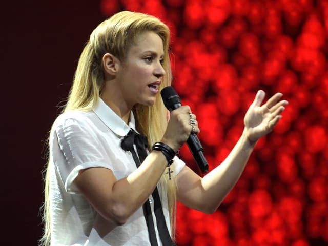 Shakira mit Mikrophon.
