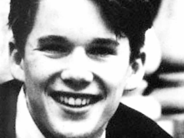 Schwarz-weiss-Foto von einem jungen Mann.