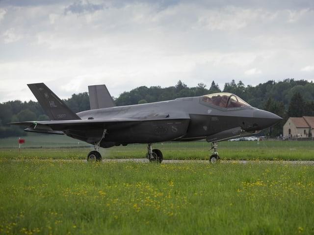 Ein Kampfjet des Typs F35-A hebt von einer Landebahn ab.