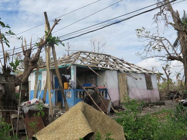 Einfache Unterkünfte wurden durch den Wirbelsturm abgedeckt. Viele Bauten fielen wie Kartenhäuser zusammen.