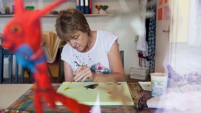 Eine Frau malt