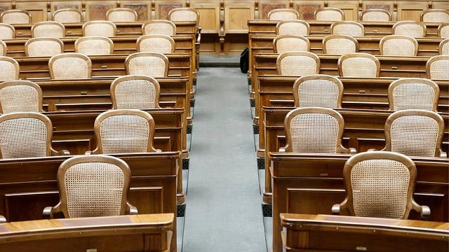 Leere Stühle im Nationalratssaal.