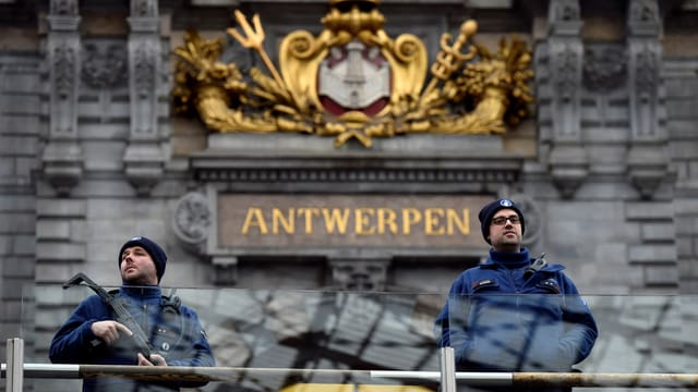 Policists tar la staziun principala d'Antwerpen.
