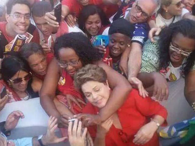Brasiliens Präsidentin Dilma Rousseff wird von Anhängerinnen für ein Selfie in Beschlag genommen.
